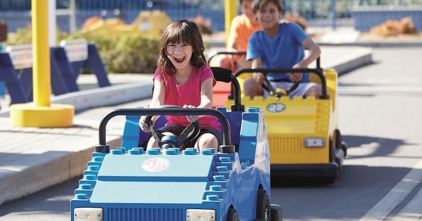 Driving-School_Girl-in-Blue-Car